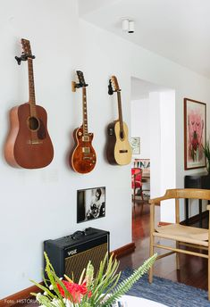 35 Simple Guitar Wall Display Ideas For Music Lovers Home Music Rooms, Music Studio Room, Guitar Wall, Guitar Room, Piano Room, Interior Decorating, Interior Design, Home And Living, Decoration