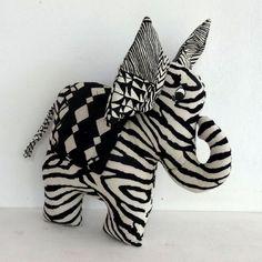 Eléphant Zèbre Grandes-zoreilles, jouet ou déco en tissu à zébrures noir et…