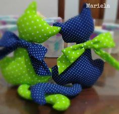 Así soy yo: Gatitos Enamorados (tutorial para principiantes) Sewing Projects For Beginners, Projects For Kids, Knitting Projects, Crochet Projects, Diy And Crafts, Arts And Crafts, Diy Home Decor Projects, Diy Wreath, Softies