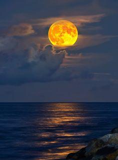 Lua amarela no começo da noite....