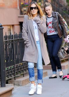 #SJP Fall. Casual. Color block jeans, Tshirt, Athletic shoes. Gray Coat.