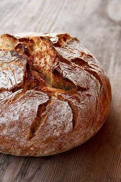 Ein wunderbares Brot, ganz ohne Backhefe und ganz ohne Knetarbeit, dafür mit 10% Schwarzroggen. Schwarzroggen wird aus schalenreichen Nachmehlen gewonnen und kann sehr viel Wasser binden. Dadurch wird das Brot saftig und bleibt lange frisch. Der Sauerteig wird mit Vollkornmehl und mildem Anstellgut angesetzt, kurz warm zur Reife gebracht und dann zur Aromenentwicklung in den Kühlschrank Weiterlesen...