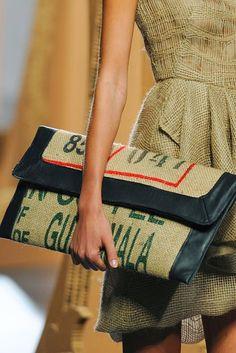 ¡ A RECICLAR SACOS ! | Decorar tu casa es facilisimo.com Burlap Coffee Bags, Coffee Bean Bags, Coffee Sacks, Burlap Bags, Jute Bags, Sewing Accessories, Fashion Accessories, Feed Bags, Jute Crafts