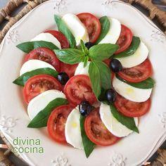 Esta receta de ensalada caprese es la clásica italiana a base de tomate y mozzarella, aunque hay algunas variaciones según las cocinas. Esta ensalada es originaria de Capri, de ahí su nombre.