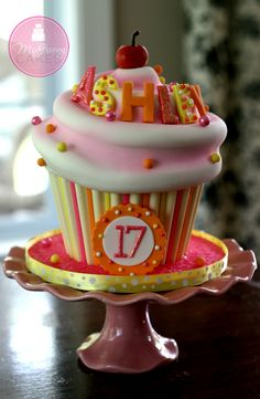 How to Make a Giant Cupcake Cake (My Way :) @ McGreevy Cakes Giant Cupcake Cakes, Large Cupcake, Fondant Cakes, Cupcakes Design, Sweet Cakes, Cute Cakes, Yummy Cakes, Cupcake Gigant, Sculpted Cakes