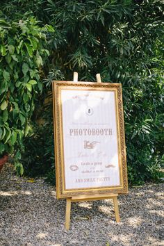 vintage photo booth signage  Photography by carmenandingo.com