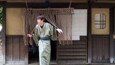 若い男性外の日本の古いレストラン stock photo