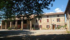 A Collecchio, alla porte del centro ma immerso nel verde della campagna, storico podere di fine '800 completamente indipendente, ex azienda vinicola, con 12.000 Mq di terreno circostante.