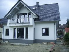 Elewacje Zuzzy: lutego 2013 Exterior Trim, House Paint Exterior, Bungalow Conversion, Modern House Facades, My House Plans, Facade House, White Houses, Simple House, Traditional House