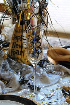 Southern seazons: new years eve tablescape diy new years party decorations New Years Dinner, New Years Eve Food, New Years Eve Party, Diy New Years Party Decorations, Casino Decorations, Eve Music, New Year Table, Diy Shows, Nye Party