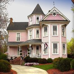 I love pink Victorian homes Pink Houses, Old Houses, Beautiful Buildings, Beautiful Homes, Victorian Style Homes, Victorian Houses, Victorian Nursery, Victorian Life, Le Riad