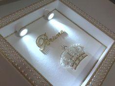 Enfeite de maternidade. Sofisticação e elegância na escolha do enfeite para a porta de entrada da pequena princesa que esta pra chegar. Enfeite com perola (branca ou marfim), strass (dourado ou prateado) e cristais personalizam a peca. Acabamento com opções de modelos: coroa finalizada em mini perolas e cristais, sapatilha de cetim (branca, marfim, rose, rosa, lilas ou dourada), sapatilha em linha (branca) ou linda bailarina sentada ou com as pernas cruzadas finalizadas em mini perolas e ...