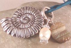 Halskette AMMONIT mit Seidenband - Diese Kette lässt nicht nur das Herz von Fossilienfreunden höherschlagen...