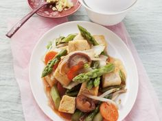 Tofu mit süß-saurem Gemüse ist ein Rezept mit frischen Zutaten aus der Kategorie Sprossgemüse. Probieren Sie dieses und weitere Rezepte von EAT SMARTER!