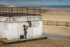 Un œuvre de Banksy à Calais (Pas-de-Calais), le 29 décembre 2015.   PHILIPPE HUGUEN / AFP