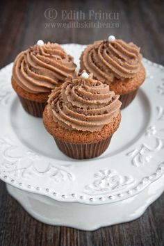 Cappuccino cupcakes, it's cappuccino + cupcake = YUMM Cupcake Flavors, Cupcake Recipes, Cookie Recipes, Cupcake Cakes, Muffin Recipes, Sweets Recipes, No Bake Desserts, Delicious Desserts, Cappuccino Cupcakes