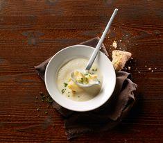 Wenn man diese Suppe nach dem Pürieren durch ein feines Sieb giesst, werden   allfällige Spargelfäden entfernt und die Suppe wird besonders samtig fein.