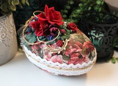 Romance Egg Påskägg Godisägg Påsk Jewelry Crafts, Cardmaking, Straw Bag, Jewelry Making, Romance, Eggs, Paper Crafts, Projects, Cards