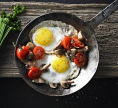 The perfect, quick and easy Sunday Brunch. Webber Bbq, One Pot Dishes, Grilled Tomatoes, Vegetarian Paleo, Sunday Brunch, Food Hacks, Fries, Stuffed Mushrooms, Cooking