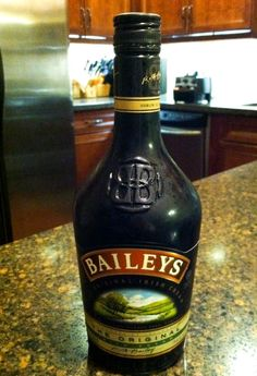 Homemade Baileys Irish Cream comes together 1 minute, with ingredients you likely already have on hand. The flavor is a dead ringer for store-bought. Drinks Alcohol Recipes, Alcoholic Beverages, Cocktails, Cocktail Recipes, Drink Recipes, Healthy Recipes, Caramel Frappuccino, Frappe, Homemade Baileys