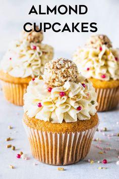 These Almond Cupcakes come with a surprise on top: an almond fudge ball (almond brigadeiro). Almond Frosting, Almond Cupcakes, Yummy Cupcakes, Köstliche Desserts, Delicious Desserts, Dessert Recipes, Dinner Recipes, Fudge, Mini Cakes