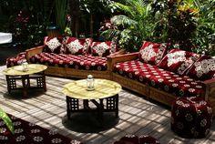 Si preferimos las estancias repletas de cojines donde poder tumbarnos, entonces esta será una mejor opción. Solo necesitaremos alfombras marroquies, mesas bajitas, muchos cojines y algunas plantas.