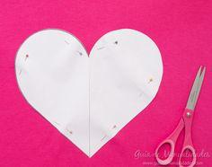 Cómo hacer un cojín corazón sin costuras - Guía de MANUALIDADES Baseball Hats, Amelie, Crochet, Ideas, Easter Crafts, How To Make Pillows, Make Pillows, Bedspread, Cushion Covers