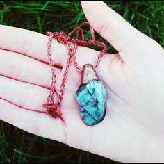 Fecho regulável de macramê com Pedra do Sol.    A pedra Esmeralda é conhecida como pedra do amor incondicional, da confiabilidade e fidelidade. Em tratamento físico tem efeito rejuvenescedor sobre a pele. Também conhecida como a pedra dos viajantes por seu efeito protetor.    A Pedra do Sol, com ...