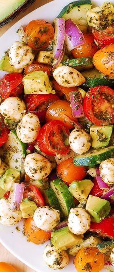 Avocado Salad with Tomatoes, Mozzarella, Cucumber, Red Onions, and Basil Pesto with lemon juice recipes salad smoothie toast farci noyau recette salade Salad Recipes, Diet Recipes, Vegetarian Recipes, Cooking Recipes, Healthy Recipes, Mozzarella Salat, Basil Pesto, Summer Salads, Soup And Salad