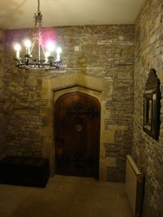 THORNBURY CASTLE - THE DOOR TO THE BEDCHAMBER WHERE HENRY VIII AND ANNE BOLEYN SLEPT.