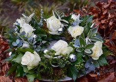 Kerstkrans gemaakt met klimop, conifeer, oasekrans, eucalyptusblad, roosjes en kerstballetjes.