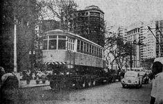 A cena foi na Praça João Mendes. O veículo, que já transportou tanta gente, está sendo carregado por um caminhão. Progresso chegou e mudou o destino do bonde. // Blog do Ralph Giesbrecht: A SÃO PAULO DE 1966 (CINQUENTA ANOS ATRÁS)