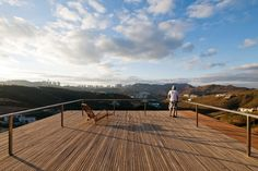 Sobre a laje do segundo bloco da casa EG, um deck de madeira ipê se projeta e oferece vistas fantásticas da região de Nova Lima, na grande Belo Horizonte (MG). O projeto é do escritório Play Arquitetura