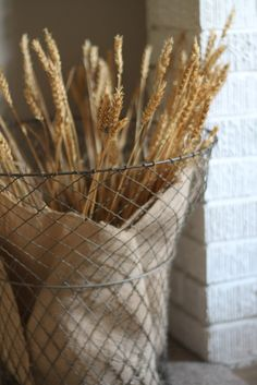 burlap-wrapped wheat in a wire container. I'm so gonna make this for my desk :-)