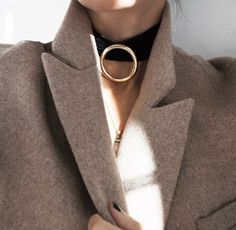 Time to bring out that statement coat. Style inspiration via via Jewelry Accessories, Fashion Accessories, Jewelry Design, Fashion Jewelry, Minimal Chic, Fashion Details, Autumn Winter Fashion, Fall Winter, Street Fashion
