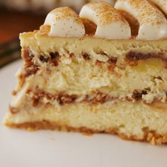 Cinnamon Roll Cheesecake I love cinnamon! If you are like me, I recommend this cheesecake No Bake Desserts, Just Desserts, Delicious Desserts, Dessert Recipes, Yummy Food, Baking Desserts, Paleo Dessert, Cinnamon Roll Cheesecake, Cheesecake Recipes
