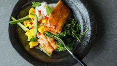 Ovnsbakt laks med teriyaki-saus blir raskt en ny favorittrett! Server den med mango og spinat ved siden av - minimal innsats, maksimal smak.    Friske urter som koriander og mynte passer godt til.
