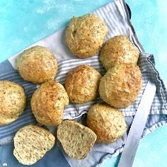 GULERODSBOLLER MED CHIA- OG HØRFRØ - mættemette Bread Recipes, Cake Recipes, Bread Bun, Nom Nom, Avocado, Sandwiches, Muffin, Food And Drink, Baking