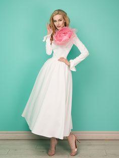Платье «Анна-Мария»миди белое — 21990 рублей, Брошь «Цветок большой»— 10990 рублей