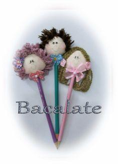 Como fazer PONTEIRAS de LÁPIS - BONECA e BONECO em Tecido ~ BACALATE Diy And Crafts, Crafts For Kids, Felt Gifts, Pencil Toppers, Diy Doll, Crayon, Fabric Dolls, Applique Designs, Doll Patterns