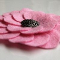 Tutorial of many fabric flowers. great for making wreaths!