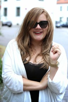 Theodora Flipper: Plus Size Outfit - curvy destroyed jeans and a white cardigan