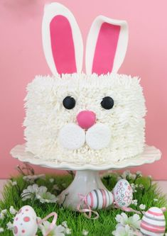 To the rescue of your extra chocolate Easter: cake Kit Kat easy! - Five Forks Bunny Birthday Cake, Easter Bunny Cake, Bunny Party, Easter Cupcakes, First Birthday Cakes, Easter Party, Easter Food, Easter Cake Images, Decoration Patisserie