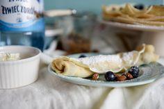 Chrupiące crepes z masłem migdałowym, borówkami i mascarpone