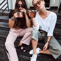 Gli Arcani Supremi (Vox clamantis in deserto - Gothian): Summer 2018 top fashion trends and outfits for every circumstance and situation Poses For Pictures, Bff Pictures, Teen Girl Fashion, 90s Fashion, Fashion Trends, Friend Poses, Best Bud, Gal Pal, Best Friend Pictures