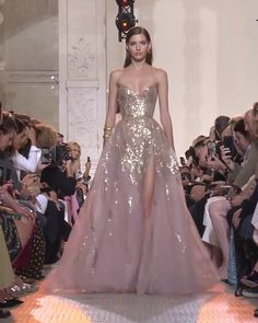 Elie Saab Look Autumn Winter Couture Collection Gorgeous Golden Embroidered Strapless Slit Sweetheart A-Lane Evening Maxi Dress / Evening Ball Gown with Open Back and a Train. Runway Show by Elie Saab Haute Couture Dresses, Couture Fashion, Elie Saab Couture, Elegant Dresses, Pretty Dresses, Look Fashion, Fashion Show, Evening Dresses, Prom Dresses