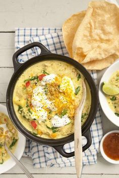 Kycklinggryta med curry passar bra en kall vinterkväll. Grytan får koka riktigt länge så att kycklingen faller isär, det ger en massa god smak.