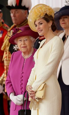 Queen Elizabeth II, left, stands with Queen Letizia of Spain as their husbands King Felipe and Prince Philip inspect an honour guard during a Ceremonial Welcome on Horse Guards Parade on July Get premium, high resolution news photos at Getty Images Spanish Queen, Spanish Royalty, Spanish Royal Family, English Royalty, Estilo Real, Princess Letizia, Queen Letizia, Duchess Of Cornwall, Duchess Of Cambridge