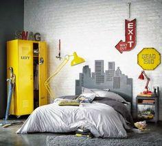 żółta metalowa szafa, żółta lampa podłogowa i żółte tablice dekoracyjne w sypialni z białą cegłą na ścianie - Lovingit.pl
