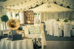 A gramophone and a retro suitcase are the ideal decorative finishing touches for a vintage wedding